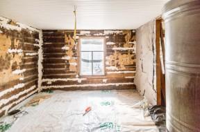 Nymålat tak och halvtvättad plåtugn.