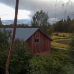 Utsikt från södra vindsrummet mot ladan och vägen