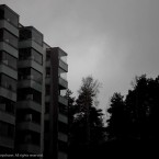 Hus under grå himmel