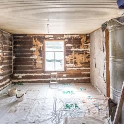 Tvättat tak och kalkning i stockfogarna (klina såten på fackspråk) i södra kammaren.