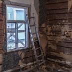 Trots lagat tak och fönster så var det fukt i masoniten. Tapeten och stockväggen var dock torra.
