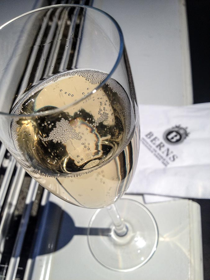 Champagne, kall,, torr och gratis.