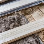 Golvet isoleras med sågspån och linhalm